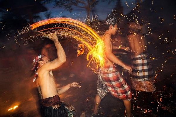 Lễ hội ném lửa truyền thống trên đảo Bali