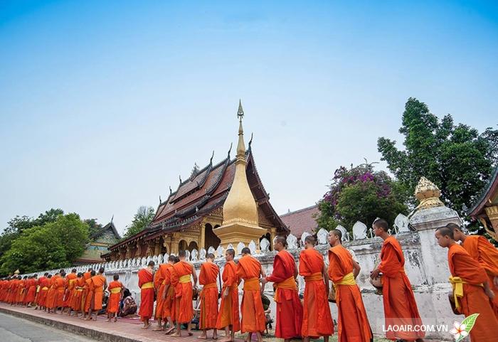 Lễ khất thực của các nhà sư ở Luang Prabang