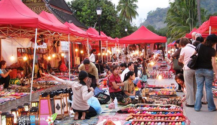 Một gian hàng tại chợ Sáng người Lào.